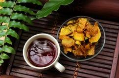 茶和甜点南瓜薄脆饼干顶视图 免版税库存照片