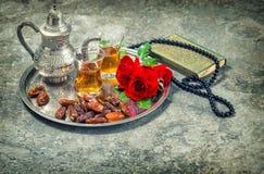 茶和红色玫瑰开花,圣经古兰经和念珠 kar的赖买丹月 库存图片