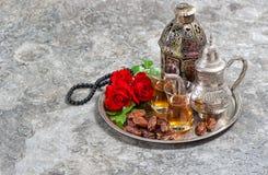 茶和红色玫瑰开花,阿拉伯灯笼和念珠 伊斯兰教的hol 免版税库存照片