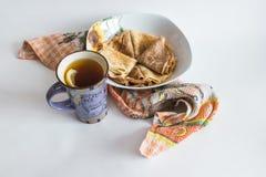 茶和薄煎饼 免版税库存图片