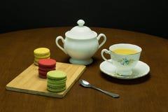 茶和蛋白杏仁饼干1 免版税库存照片