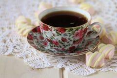 茶和蛋白软糖在鞋带桌布 库存图片