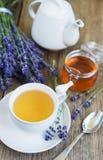 茶和蜂蜜与淡紫色花 免版税图库摄影
