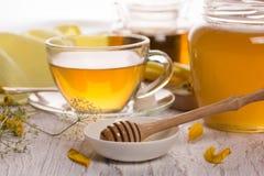 茶和蜂蜜在一个玻璃瓶子 库存图片