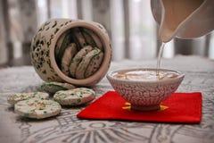 茶和陶瓷瓶子 免版税库存照片