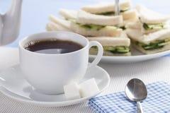 茶和黄瓜三明治 免版税库存照片