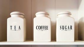 茶咖啡和糖罐在餐具室架子 免版税库存图片