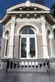 茶圆顶或Gloriette与它的被成拱形的窗口与柱子和石栏杆与新古典主义的装饰 免版税图库摄影