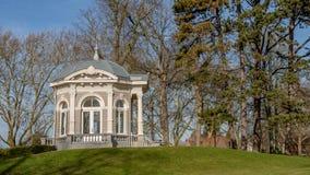 茶圆顶的看法在Proosdij公园叫与新古典主义的装饰的Gloriette在小山 免版税库存照片