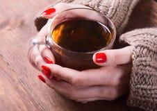茶在妇女手上 库存图片