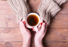 茶在妇女手上 免版税库存图片