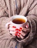 茶在妇女手上 免版税图库摄影