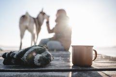 茶在木纹理的 免版税库存照片