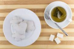 茶在板材的和姜饼曲奇饼在桌上 免版税库存图片