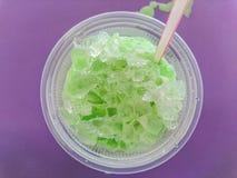 绿茶在紫色背景的冰饮料 免版税图库摄影