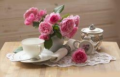茶壶、杯子和美丽的春天花束 免版税图库摄影
