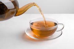 从茶壶倒的茶 免版税图库摄影