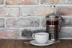 茶壶和一杯茶在一张老木桌上的与拷贝空间 免版税图库摄影