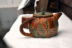 茶壶和一杯茶在第一雪的 库存图片