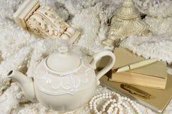 茶壶和羊毛织品 库存照片
