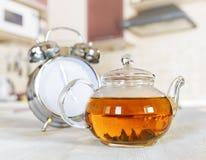 茶壶新鲜的茶在厨房里 库存照片