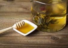 茶壶用开花的茶 免版税库存照片