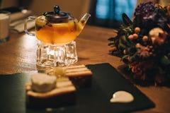 茶壶用果子茶和饼干蛋糕 免版税库存照片