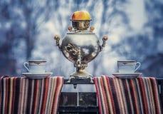 茶壶用苹果和两个茶杯 库存照片