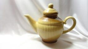 茶壶碗筷茶会厨房葡萄酒减速火箭的陶瓷棕色白色黏土 库存图片