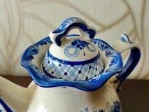 茶壶茶壶盖子,在俄国传统Gzhel样式的片段 Gzhel -陶瓷俄国民间工艺  免版税库存照片