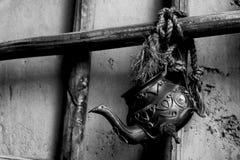 茶壶从绳索垂悬 免版税库存照片