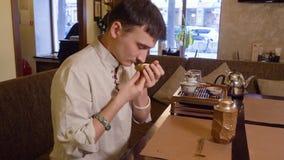 茶大师在chahai的嗅茶叶在传统中国茶道期间 配置文件视图 股票视频