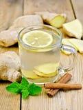 茶姜用薄菏和桂香在杯子 免版税库存照片