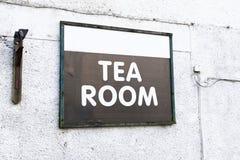 茶室在白色墙壁上的咖啡馆标志 图库摄影