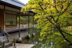 茶屋在日本庭院里 库存照片