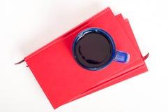 茶或咖啡在堆书 课本和饮料 stu 库存照片