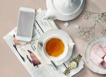 茶报纸简单手表的信息放松概念 免版税库存图片