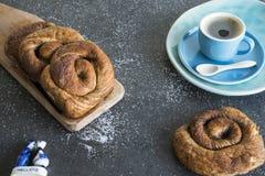 茶时间用荷兰桂香,糖小圆面包,告诉了Bolus 库存照片