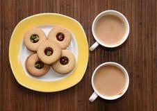 茶时间和美味的饼干在边 库存图片