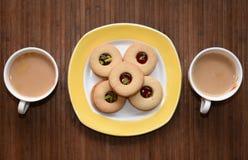茶时间和美味的饼干在边 图库摄影