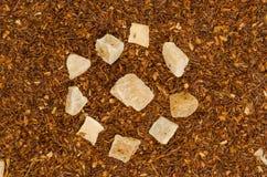 茶有菠萝位背景 免版税库存图片