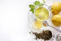 绿茶有薄荷的柠檬和金属过滤器顶视图 库存图片