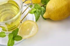 绿茶有薄菏和柠檬顶视图 免版税库存照片