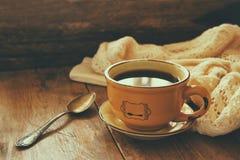 茶机智旧书h秋叶和在木桌上的一件温暖的毛线衣 库存图片