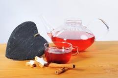 茶杯、Teaspot和心脏从页岩 库存图片