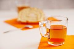 茶杯和切片甜奶油色卷 库存照片
