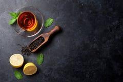 茶杯和干茶在匙子 库存图片