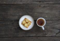 茶杯和曲奇饼在桌上 库存图片