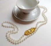 茶杯和珍珠 库存照片