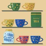 茶杯和糖瓶子在架子 免版税库存图片